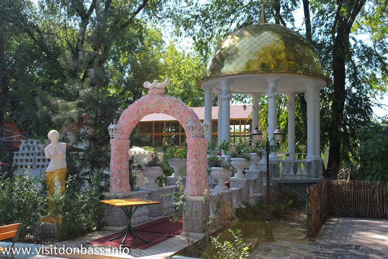 Свадебная ротонда. Зоопарк Деревня Вашуры в Мариуполе