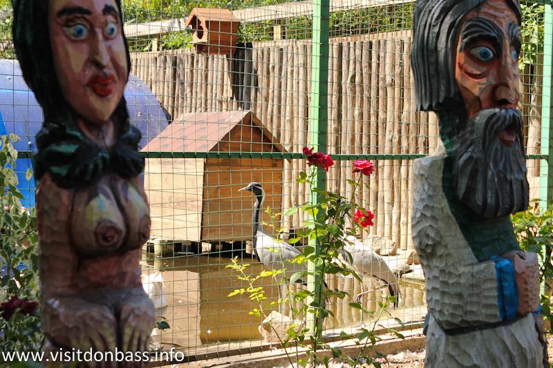 Если внимательно смотреть на картинку, то на ней можно увидеть не только женскую грудь, но и журавлей... или цапель? Зоопарк Деревня Вашуры в Мариуполе