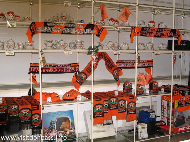 Полки некоторых магазинов ломятся от символики Шахтера, а не от основной продукции