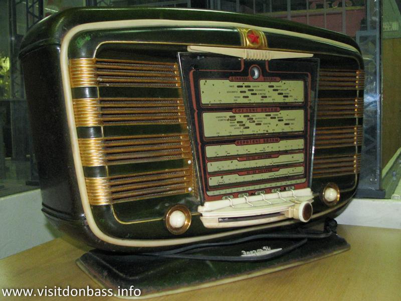 Старый радиоприемник в музее ЕМЗ