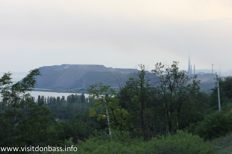 Вид на шлаковую гору Азовстали с Комсомольского бульвара в Мариуполе