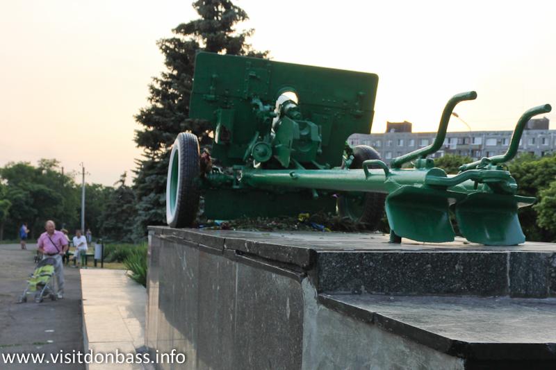 Возле  памятника на бульваре любят гулять молодежь и пенсионеры с внуками