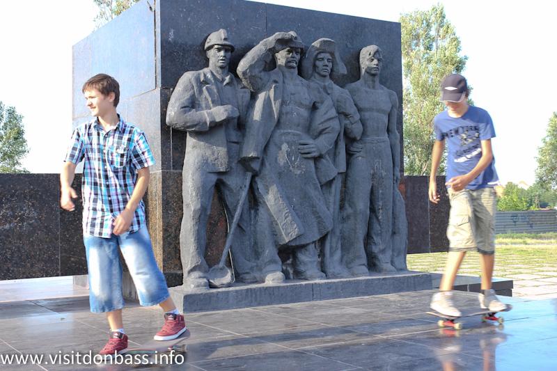 ... на его мариупольском памятнике изображена бригада сталеваров