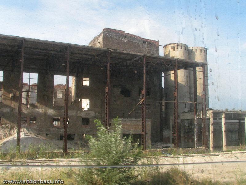 По сохранившимся руинам уже тяжело предположить, что именно производилось в том или ином здании, Константиновский МЗ, Донецкая область