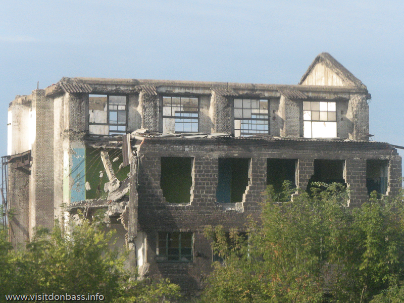 Некогда оживленные корпуса цехов превратились в руины, Константиновский МЗ, Донецкая область