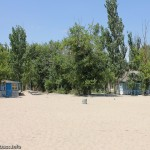 Деревянный домики и широченный пляж - что еще нужно для экономного отдыха? СОЛ Юность, Мелекино