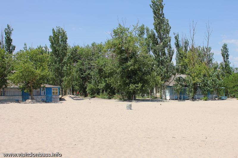 Деревянные домики и широченный пляж - что еще нужно для экономного отдыха? СОЛ Юность, Мелекино