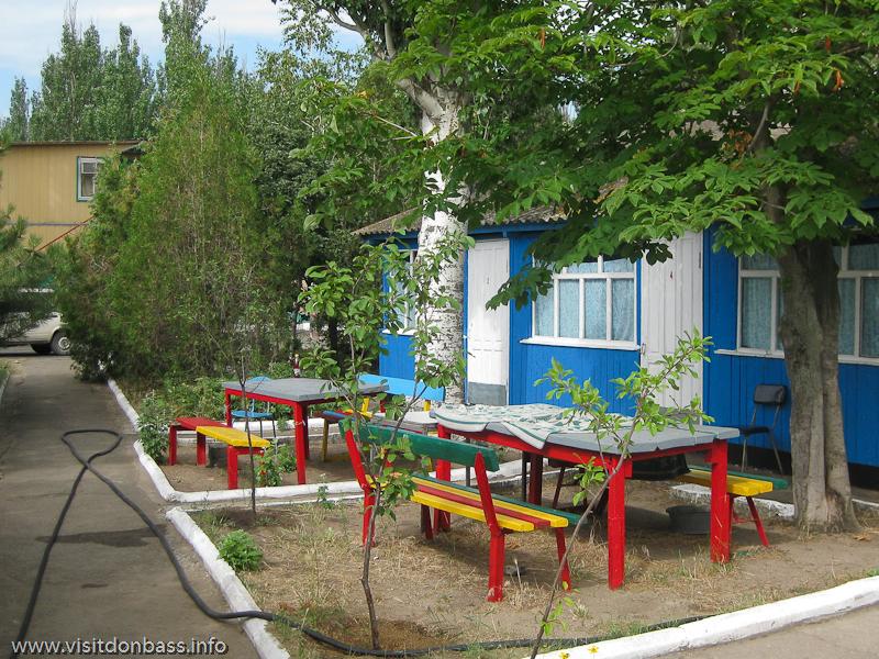 Территория около домиков на базе отдыха Монтажник, первый спуск Мелекино