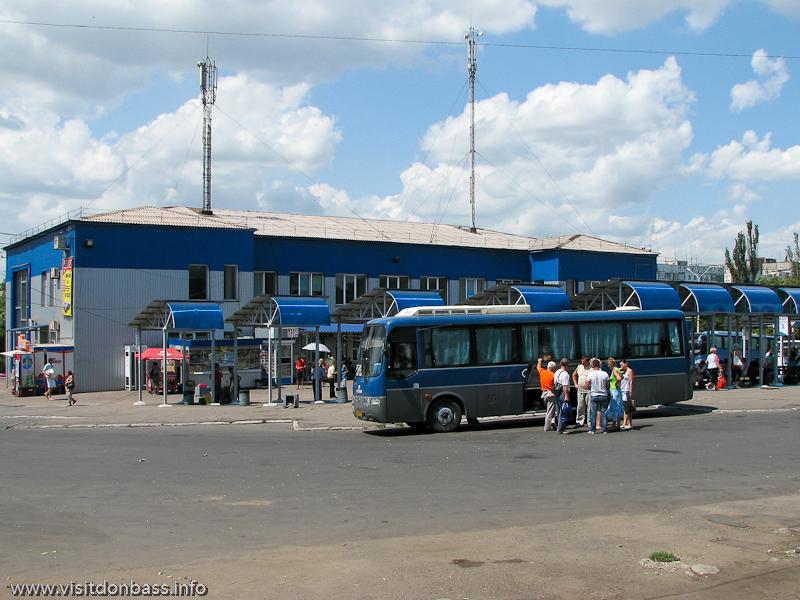 Платформы ожидания на центральном автовокзале Мариуполя
