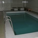 Через внутренний бассейн купальщики выплывают зимой на улицу, Курахово