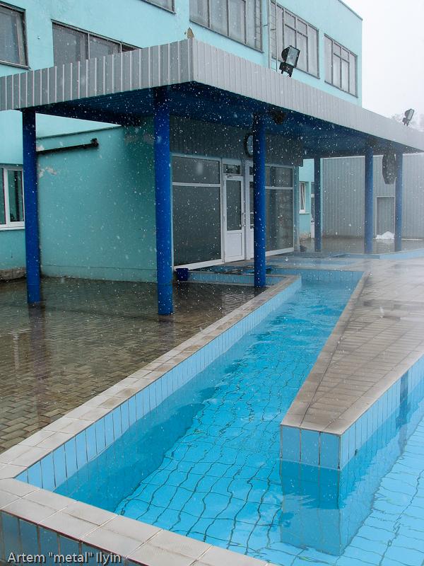 Помещение и бассейн соединяет канал с теплой водой, Курахово