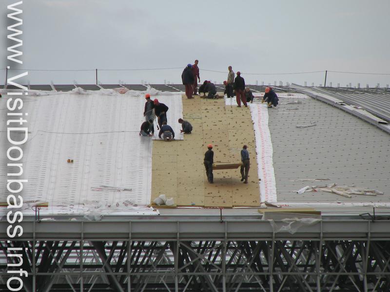 Рабочие стелят крышу на Донбасс Арене, 2008 год