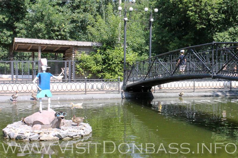 Буратино в центре озера оседлал черепаху Тортилу, зоопарк Докучаевск