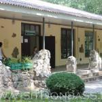 Подступы к террариуму огорожены камнем, Докучаевск зоопарк