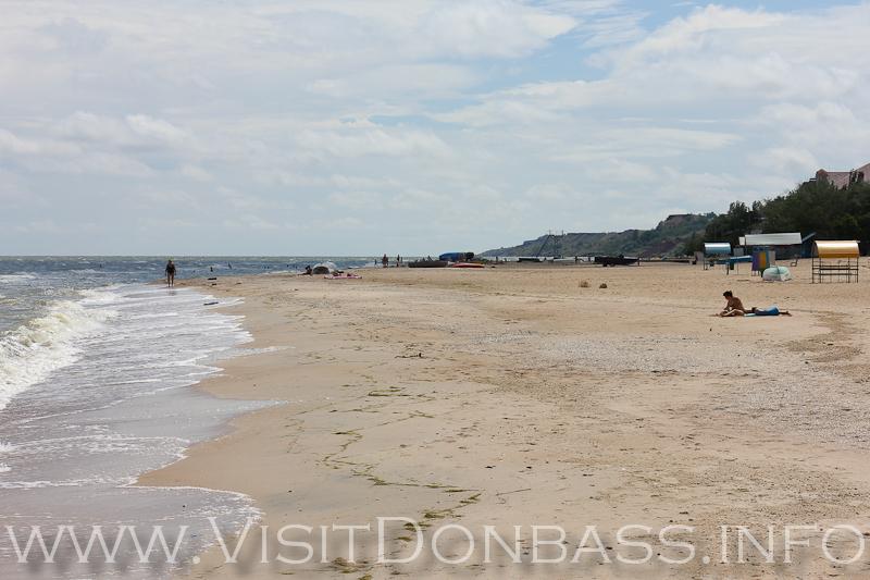Таких широких песчаных пляжей нет во многих курортных местах, а в Мариуполе - Есть!