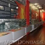 Информационные стенды в ярко-алом обрамлении, музей Азовсталь