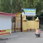 Около входа находится кафе с очень громкой дискотекой, Прибой, Мелекино