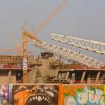 Трибуны слегка возвышаются над строительным забором. Начался монтаж металлоконструкций, Донбасс Арена, осень 2007