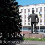 Памятник Серго Орджоникидзе около МК Азовсталь в Мариуполе