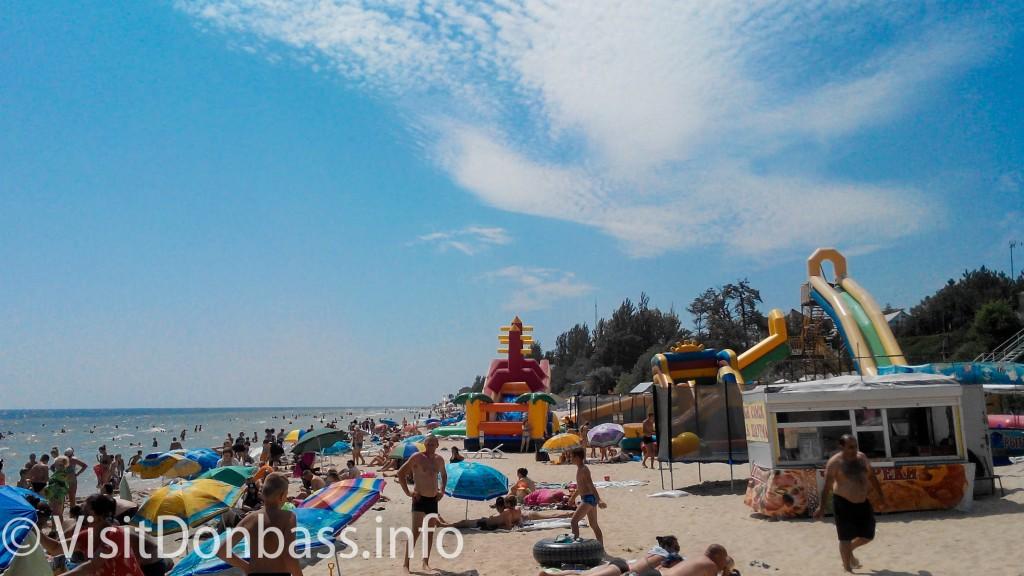 Пляж Урзуфа заполнен отдыхающими