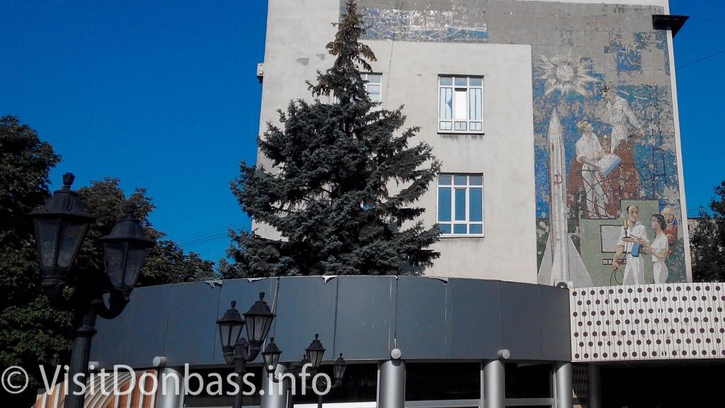 Советская мозаика на фасаде Укртелекома продолжает осыпаться