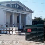Драмтеатр и сквер огорожены железным забором