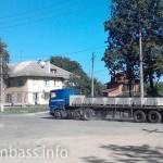 Бордюрный камень везут на реконструкцию дорог Мариуполя