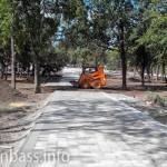 Мини-бульдозеры формируют новые газоны