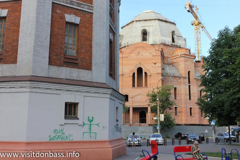 Храм Покрова Божией Матери расположен рядом с другими достопримечательностями Мариуполя