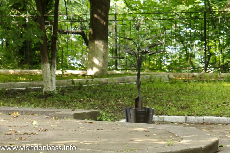 Пальма Мерцалова во дворе МИДа в Киеве