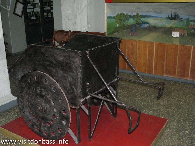 Тачка, в которой в конце XIX века возили руду и уголь. Музей ЕМЗ