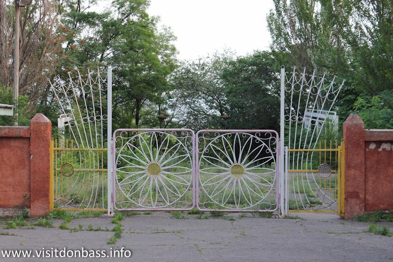 Ворота пионерлагеря Орленок на Комсомольском бульваре в Мариуполе