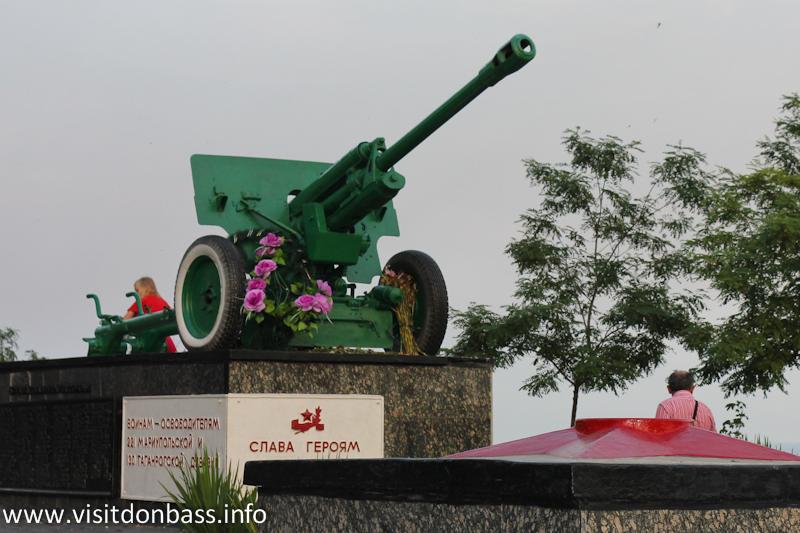 Памятник Пушка на Комсомольском бульваре в Мариуполе