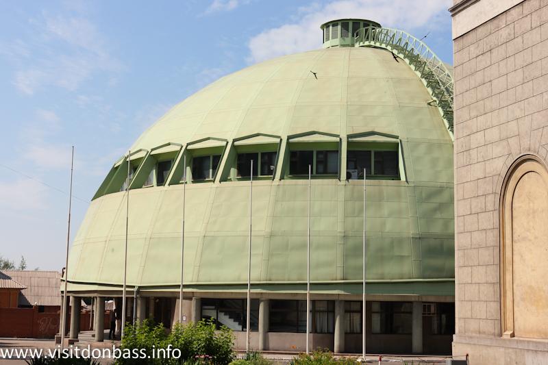 Здание необычной формы стоило бы раскрасить как волейбольный или футбольный мяч