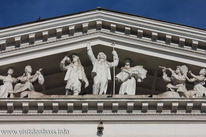 Фигура сталевара украшает фасад мариупольского драмтеатра