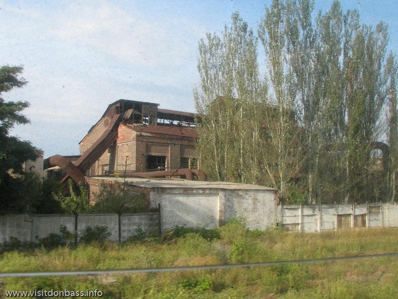 Константиновский МЗ расположен около железнодорожной колеи, поэтому живописными видами могут наслаждаться все желающие