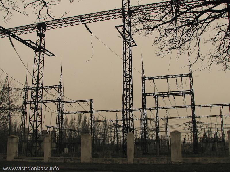 Поля электрических проводов занимают огромные пространства. Кураховская ТЭС