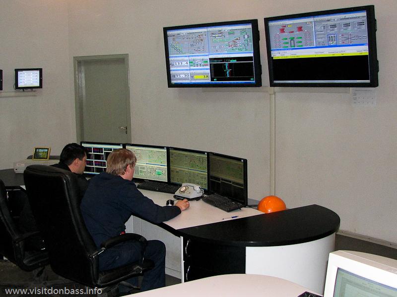 На большие мониторы пульта управления выводится информация о технологическом процессе, Кураховская ТЭС
