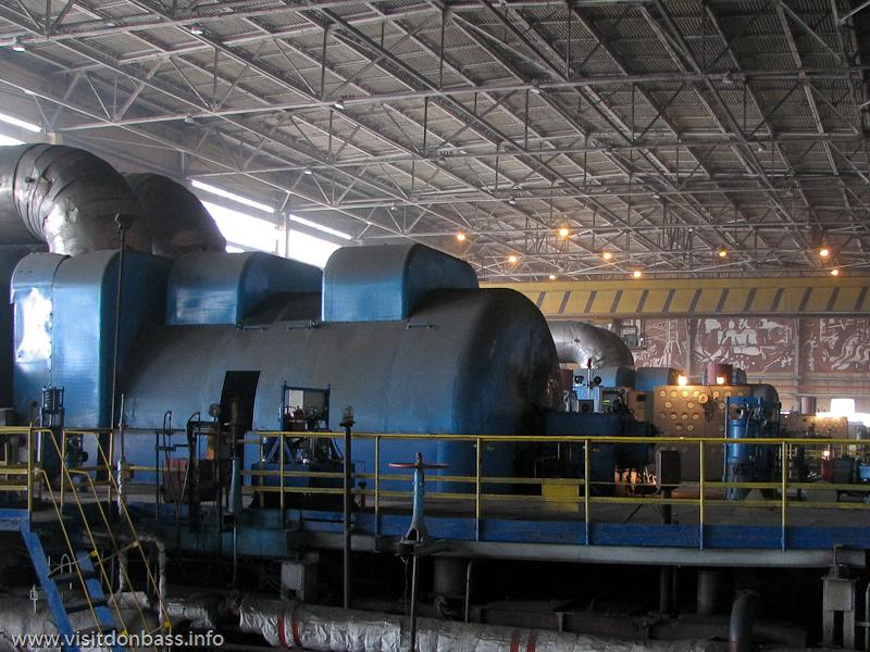Под защитными корпусами скрываются турбины и генераторы, вращаемые тепловой энергией, Кураховская ТЭС