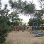 Детская площадка около моря на базе отдыха Монтажник, первый спуск Мелекино