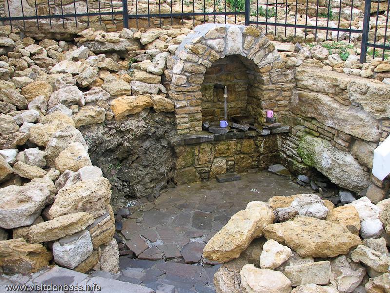 На месте этого источника была старая купальня, которая представляла собой большую яму, устланную пленкой, Коньково