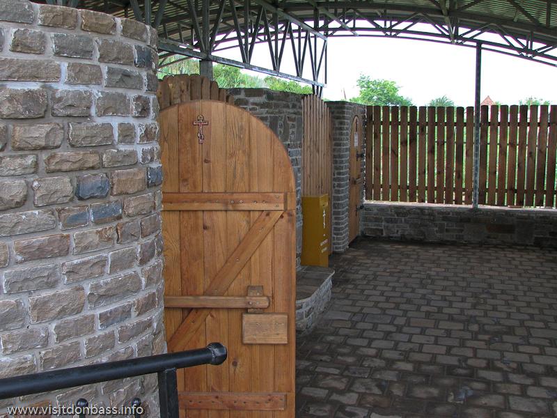 После реконструкции появились отдельные купальни для мужчин и женщин с раздевалками и лавочками, Коньково