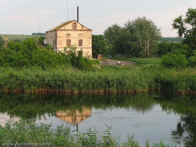 На противоположной берегу реки Грузской Еланчик стоит маслобойня, в воде плавают утки