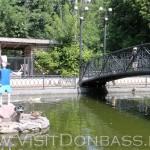Буратино в центре озера ждет черепаху Тортилу, зоопарк Докучаевск