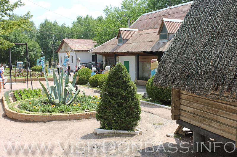 Огромные растения соседствуют со сказочными героями, зоосад Докучаевск