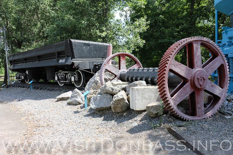 Крупные экспонаты - рудоразмольная мельница и вагон-платформа, музей Докучаевск