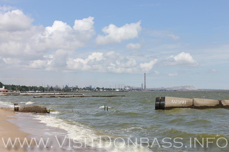 Вид на Азовсталь с центрального городского пляжа. Мариуполь