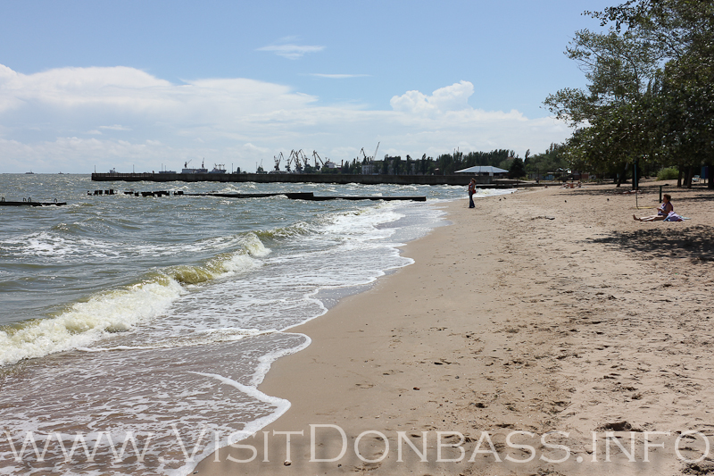 Центральный пляж Мариуполя находится рядом с торговым портом