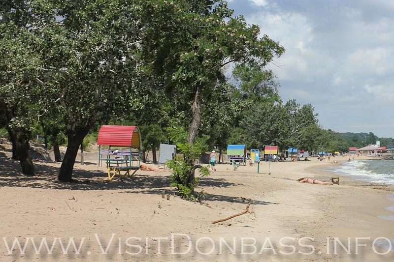 Здесь есть все необходимое: лавочки, навесы и даже деревья, создающие тень. Центральный пляж Мариуполя