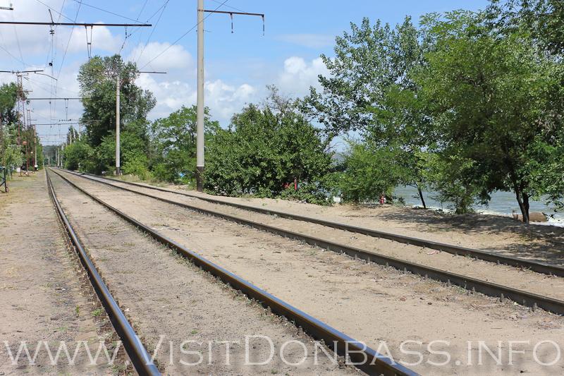 Железнодорожные пути - главная изюминка мариупольского центрального пляжа!